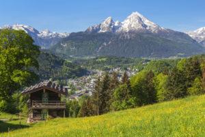 Blick über Berchtesgaden auf das Watzmannmassiv, Berchtesgadener Land, Oberbayern, Bayern, Süddeutschland, Deutschland, Europa