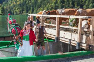 Sennerin bei der Ankunft in Schönau, Almabtrieb am Königssee von der Saletalm der Familie Resch, Berchtesgadener Land, Oberbayern, Bayern, Süddeutschland, Deutschland, Europa