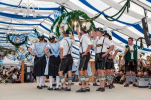 Festzelt mit Trachtler und Trachtlerinnen in Rosenheim zum Gaufest des Gauverbandes I, Oberbayern, Bayern, Süddeutschland, Deutschland, Europa