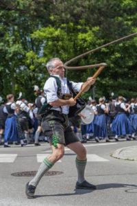 Aperschnalzer mit der langen Peitsche beim Gaufest des Gauverbandes I in Rosenheim,  Oberbayern, Bayern, Süddeutschland, Deutschland, Europa