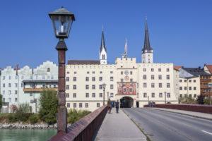 Innbrücke und Brucktor in Wasserburg am Inn, Oberbayern, Bayern, Süddeutschland, Deutschland, Europa