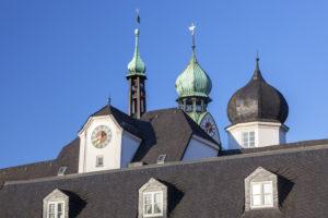Türme des Mittertor und der Kirche St. Nikolaus in der Altstadt von Rosenheim, Oberbayern, Bayern, Süddeutschland, Deutschland, Mitteleuropa, Europa