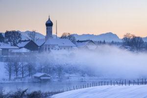 Blick auf Iffeldorf mit Kirche St. Vitus und im Hintergrund die Zugspitze,  Oberbayern, Bayern, Süddeutschland, Deutschland, Europa