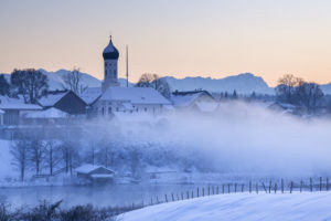 View on Iffeldorf with St. Vitus church and the Zugspitze in the background, Upper Bavaria, Bavaria, southern Germany, Germany, Europe