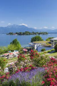 Blick von Gstadt auf den Chiemsee mit Fraueninsel und Chiemgauer Alpen, Chiemgau, Oberbayern, Bayern, Süddeutschland, Deutschland, Europa