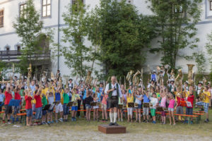 Musikserenade vor Schloss Pertenstein, Traunreut, Chiemgau, Oberbayern, Bayern, Süddeutschland, Deutschland, Europa