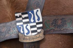 Wappen Großschedel auf einem Pferdegeschirr auf dem Georgiritt in Traunstein, Chiemgau, Oberbayern, Bayern, Süddeutschland, Deutschland, Europa