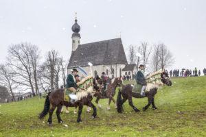 Georgiritt beim Ettendorfer Kircherl in Traunstein, Chiemgau, Oberbayern, Bayern, Süddeutschland, Deutschland, Europa