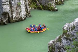 Rafting in der Entenlochklamm bei Schleching, Chiemgau, Oberbayern, Süddeutschland, Deutschland, Europa