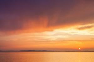 Sonnenuntergang am Chiemsee bei Übersee, Chiemgau, Oberbayern, Bayern, Süddeutschland, Deutschland, Europa