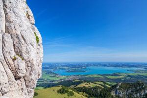 Ausblick vom Gipfel der Kampenwand auf Chiemsee und Chiemgau, Aschau, Chiemgauer Alpen, Oberbayern, Bayern, Süddeutschland, Deutschland, Europa