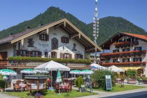 Restaurant Café Maibaumstüberl mit Maibaum in Ruhpolding, Chiemgau, Oberbayern, Bayern, Süddeutschland, Deutschland, Europa