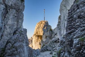 Blick auf Gipfel mit Gipfelkreuz der Kampenwand (1669 m) im Chiemgau, Chiemgauer Alpen, bei Aschau, Oberbayern, Bayern, Süddeutschland, Deutschland