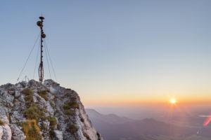 Gipfel der Kampenwand (1669 m) bei Sonnenuntergang, bei Aschau, Chiemgauer Alpen, Chiemgau, Oberbayern, Bayern, Süddeutschland, Deutschland, Europa