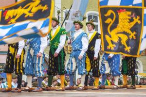 Traunsteiner Schwertertanz beim Georgiritt in der Innenstadt, Traunstein, Chiemgau, Oberbayern, Bayern, Süddeutschland, Deutschland, Europa