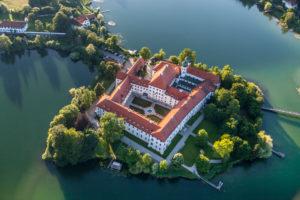 Kloster Seeon am Seeoner See aus der Luft, Gemeinde Seeon-Seebruck, Chiemgau, Oberbayern, Bayern, Süddeutschland, Deutschland, Europa