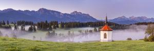 Hegratsrieder Kapelle vor dem Panorama der Ammergauer und Allgäuer Alpen bei Halblech, Ostallgäu, Allgäu, Schwaben, Bayern, Süddeutschland, Deutschland, Europa