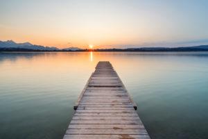 Steg im Sonnenuntergang am Forggensee, Schwangau, bei Füssen, Ostallgäu, Allgäu, Schwaben, Bayern, Süddeutschland, Deutschland, Europa