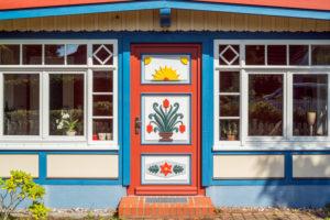Haus in Prerow mit der typischen Darßer Tür, Fischland-Darß-Zingst, Mecklenburg-Vorpommern, Deutschland, Europa
