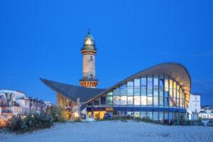 Blick vom Strand auf Leuchtturm und Teepott in Warnemünde, Hansestadt Rostock, Ostseeküste, Mecklenburg-Vorpommern, Norddeutschland, Deutschland, Europa