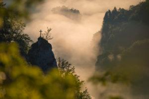 Rock Eichfelsen bei Sonnenaufgang, Oberes Donautal (Oberes Donautal), Beuron, Irndorf, Schwäbische Alb, Schwäbischer Jura, Baden-Württemberg, Deutschland