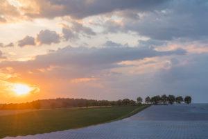 Landschaft, Solarfläche, Sonnenuntergang, Sommer, Neundorf, Bayern, Deutschland