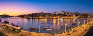 Panorama von Porto mit der Dom Luiz Brücke und traditionellen Hafenweintransportbooten, Portugal