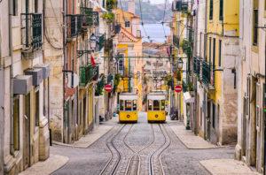 Historische gelbe Standseilbahn in einer steilen Straße in Lissabon, Portugal