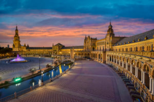 Plaza de Espana in Sevilla, Andalusien, Spanien während des Sonnenuntergangs