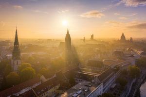 Altstadt von Hannover an einem nebligen Herbstmorgen mit Kreuzkirche- und Marktkirche-Kirchen und Rathaus im Hintergrund