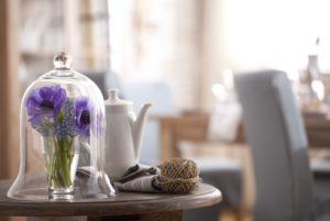 Cloche, Blumenstrauß, Teekanne, Strickknäuel,