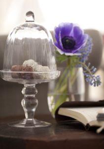 Glas, Pralinen, Blumen, Buch,