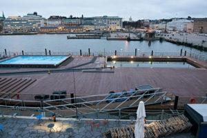 Schwimmendes Freibad in Helsinki, der Allas Sea Pool im Südhafen der Stadt