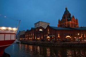 Hafenpromenade in Helsinki, Finnland, Abends mit Blick auf die Uspenski-Kathedrale