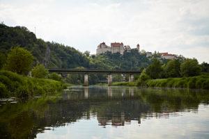 Bayern, Schwaben, Fluß, Wörnitz, Eisenbahnbrücke mit Blick auf Burg Harburg