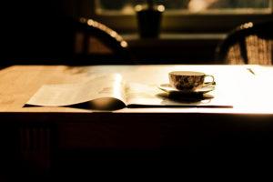 Teetasse in der Sonne auf einem Tisch,