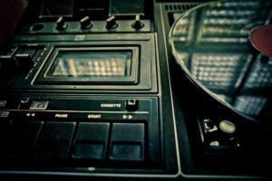 Vinylplatte auf Player mit Kassettendeck,