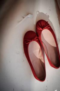 Rote Schuhe im Sonnenschein,