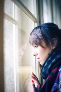 Mädchen im Profil am Fenster,
