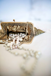 Perlenkette in Abendtasche,