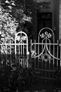 Offene Gartentür vor alter Villa,