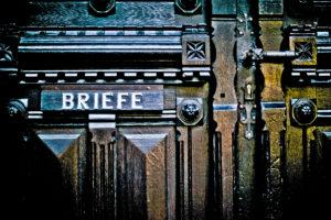 Briefschlitz in antiker Holztür,