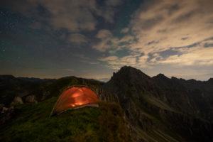 Zeltübernachtung in den Bergen unter Sternenhimmel, Stubaier Alpen, Tirol, Österreich
