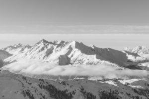 Winterliche Berge in Tirol in schwarz/weiss