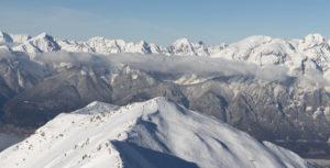 Winterliche tiroler Berge mit beliebtem Tourengeher-Ziel im Vordergrund. Zerfahrene Hänge. Skitourengehen.