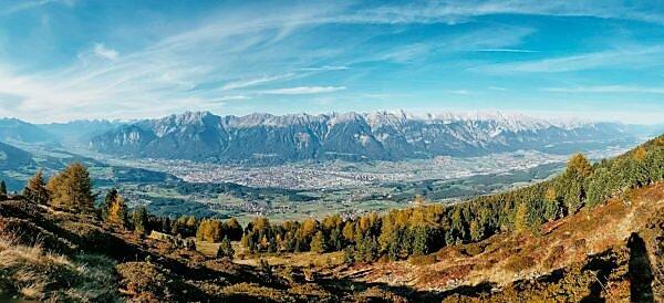 Unterwegs auf dem Tiroler Zirbenweg, Panoramaaufnahme des Karwendelmassivs