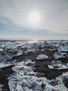 bizarre Eisformationen wurden am schwarzen Sandstrand des Diamond Beach angespühlt, Island