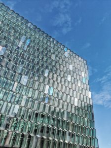 Glasfassade des Konzerthauses Harpa, Reykjavik, Island