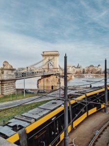 Blick auf Budapests Kettenbrücke während eine Strassenbahn vorbeifährt, Ungarn