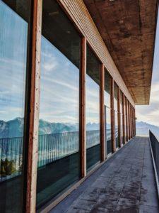 Karwendelmassiv spiegelt sich in der Glasfront der Bergstation der Patscherkofel-Bahn